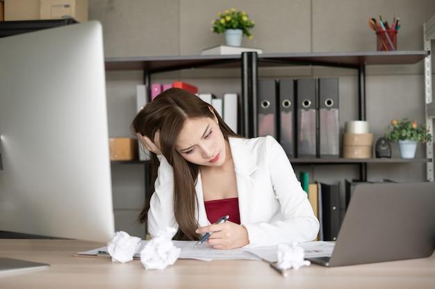 A volte, i lavoratori sono una sindrome da ufficio o hanno un mal di testa da stress.