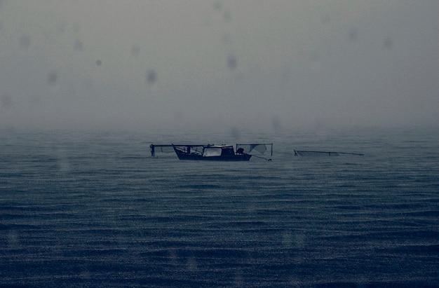 Abbandonato barca piovosa mare scuro