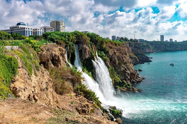Abbassare le cascate di duden sulla costa del mar mediterraneo, antalya, turchia