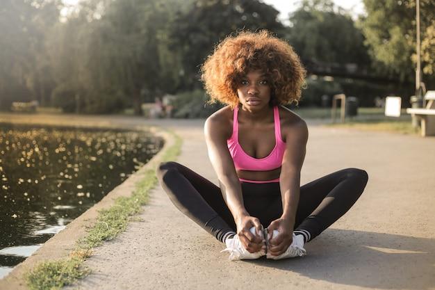 Abbastanza ragazza afro in un vestito sportivo