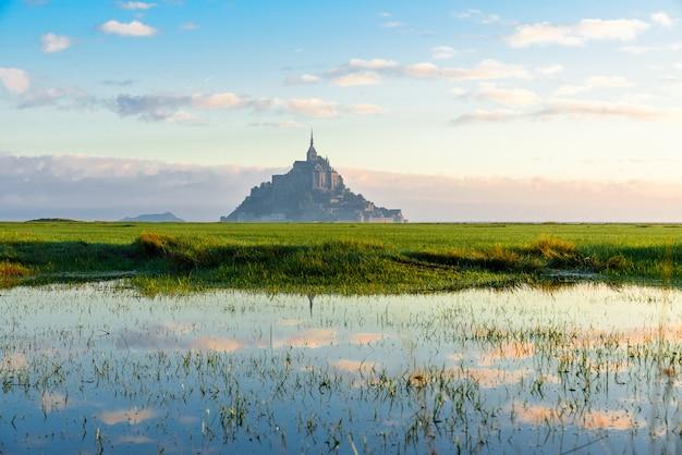 Abbazia di mont saint michel sull'isola con la riflessione, normandia, francia settentrionale, europa