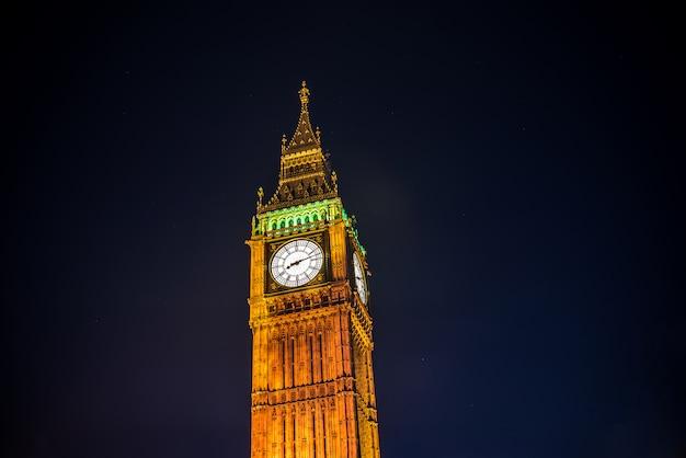 Abbazia di westminster e big ben di notte, londra, regno unito