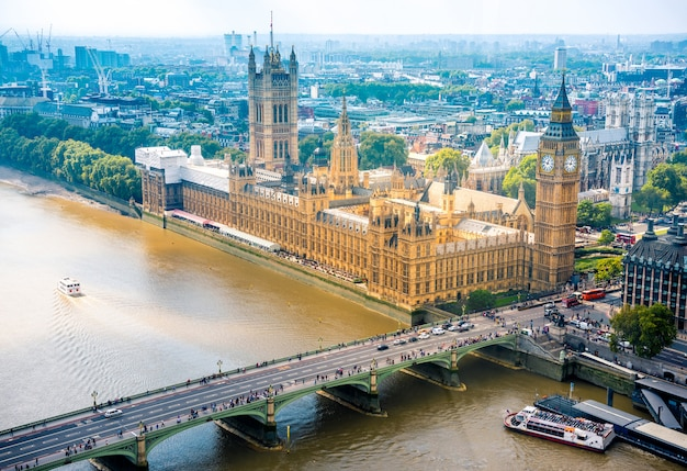 Abbazia di westminster e big ben e london city skyline, regno unito