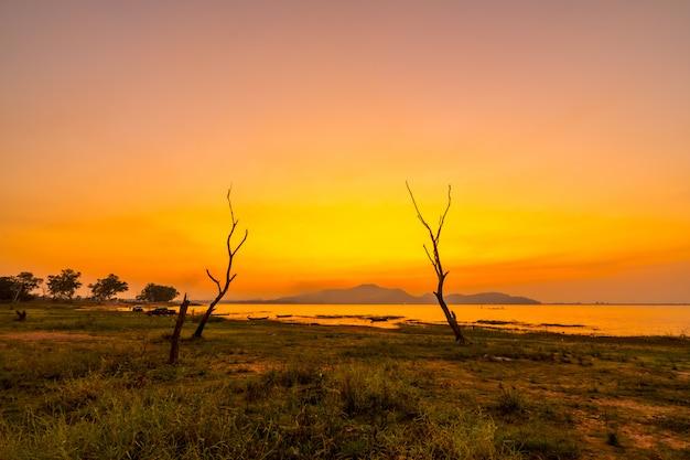 Abbellisca il tramonto al bacino idrico di phra di colpo, il buri bon di sriracha, tailandia