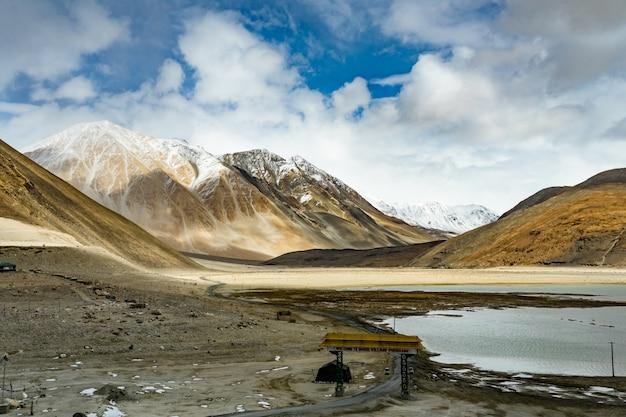 Abbellisca l'immagine del lago e delle montagne di pangong osservano il fondo in ladakh, india.