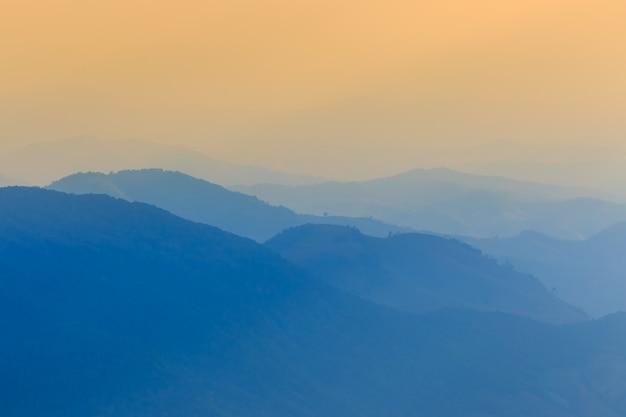 Abbellisca la montagna e la luce calda e piovosa in natura, doi inthanon, chiangmai tailandia