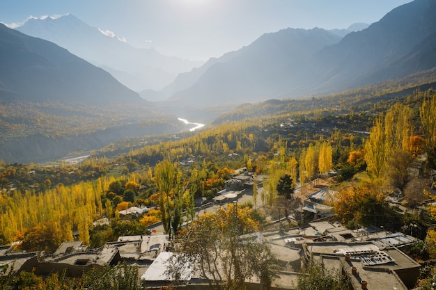 Abbellisca la vista dell'autunno in valle di hunza, gilgit-baltistan, pakistan.