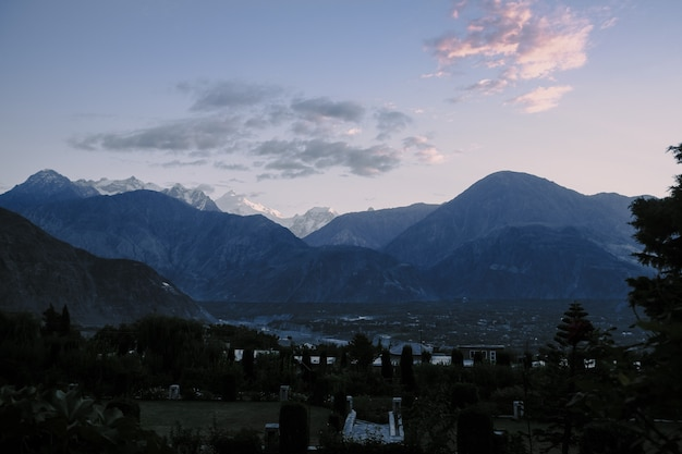Abbellisca la vista di alba sopra la catena montuosa di karakoram nel pakistan.