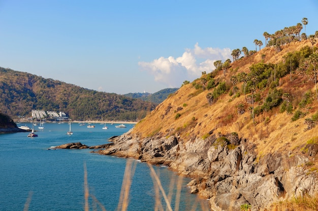 Abbellisca la vista di paesaggio della natura di bello mare tropicale con la vista della costa di mare nella stagione estiva