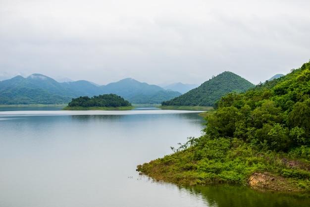 Abbellisca natrue e una nebbia d'acqua alla diga di kaeng krachan.