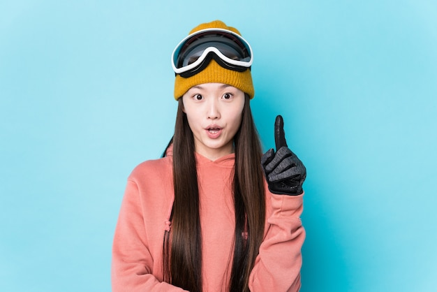 Abbigliamento da sci da portare della giovane donna che ha una grande idea