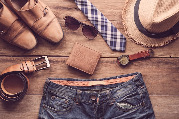 Abbigliamento e accessori per uomo sul pavimento di legno
