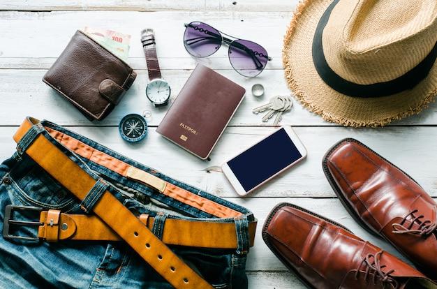 Abbigliamento e accessori per uomo sul pavimento in legno