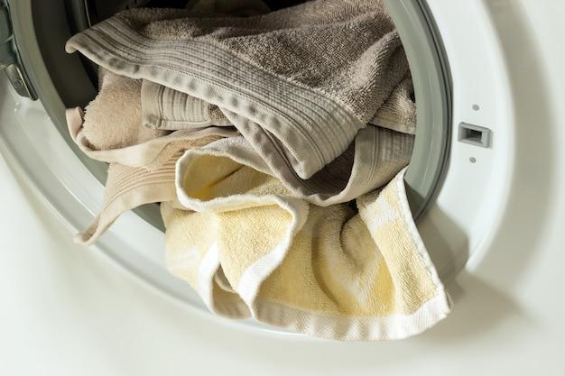 Abbigliamento in lavatrice. concetto - lavanderia, lavori di casa, pulizia della casa.
