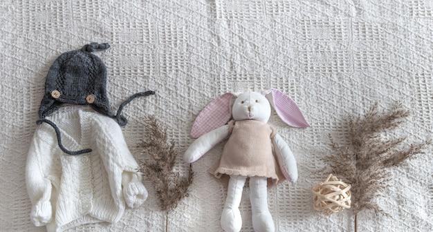 Abbigliamento per bambini a maglia su uno sfondo chiaro con accessori