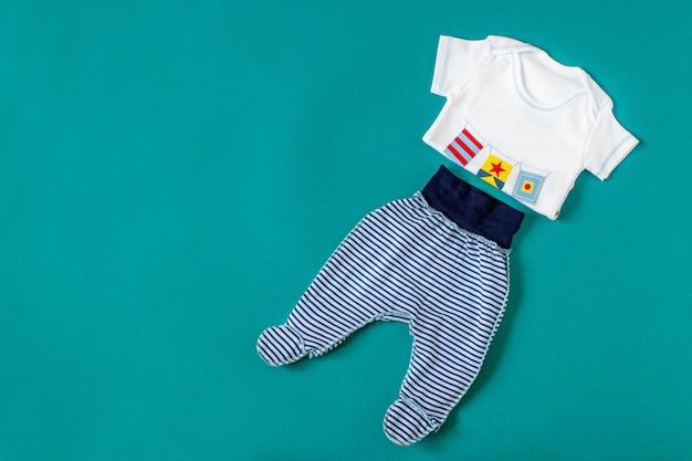 Abbigliamento per bambini. concetto di neonati, maternità, cura, stile di vita.