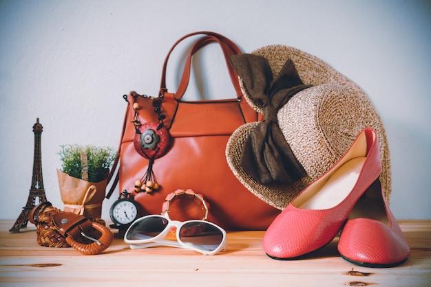 Abbigliamento per donna, posto su un pavimento di legno.