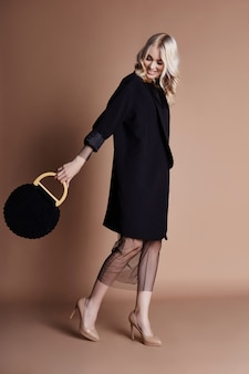 Abbigliamento per sfilate di moda, donna con una figura perfetta