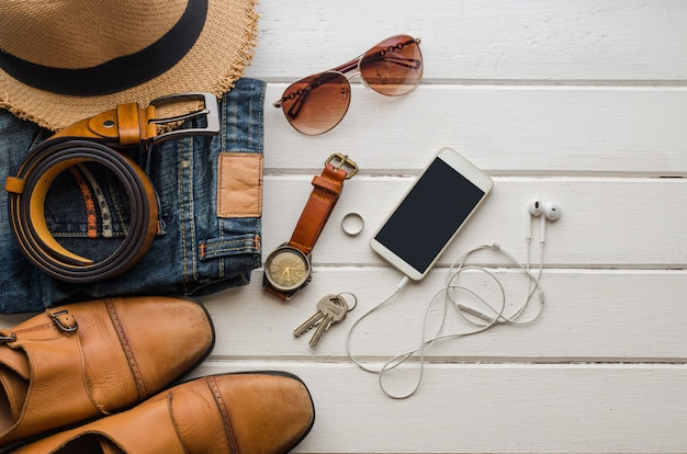 Abbigliamento per uomo sul pavimento di legno bianco