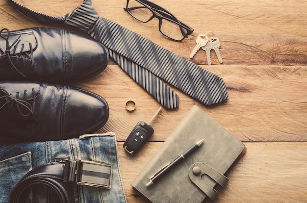 Abbigliamento per uomo sul pavimento di legno