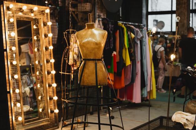 Abbigliamento su appendino presso la moderna boutique del negozio