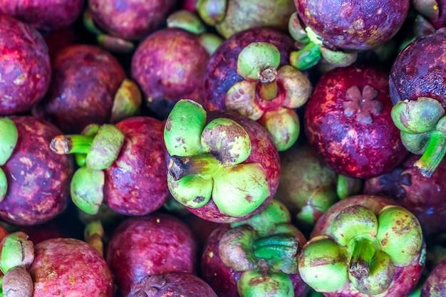 Abbondanza di regina della frutta, mangota al mercato della frutta