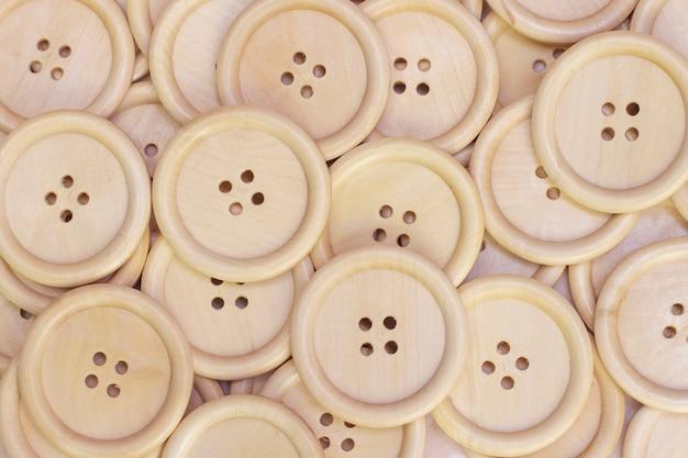 Abbottona il fondo da un albero naturale. bottoni di legno senza dipingere primo piano. vintage ▾