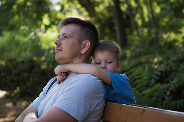 Abbracci commoventi figlio piccolo e suo padre