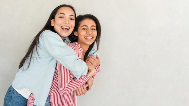 Abbracci di felici migliori amici