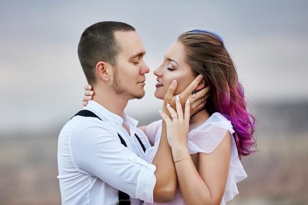Abbraccia e bacia coppia innamorata il mattino di primavera