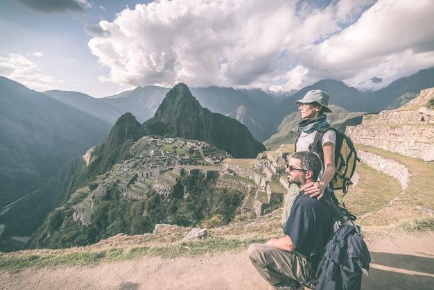 Abbracciando le coppie che esaminano machu picchu, perù, immagine modificata