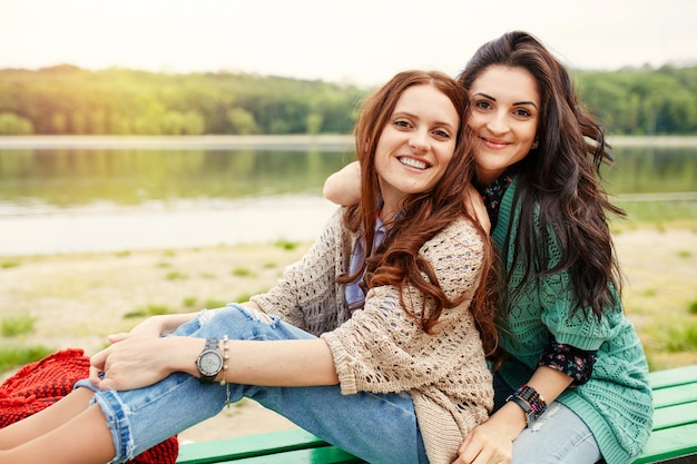 Abbracciare allegro delle due sorelle