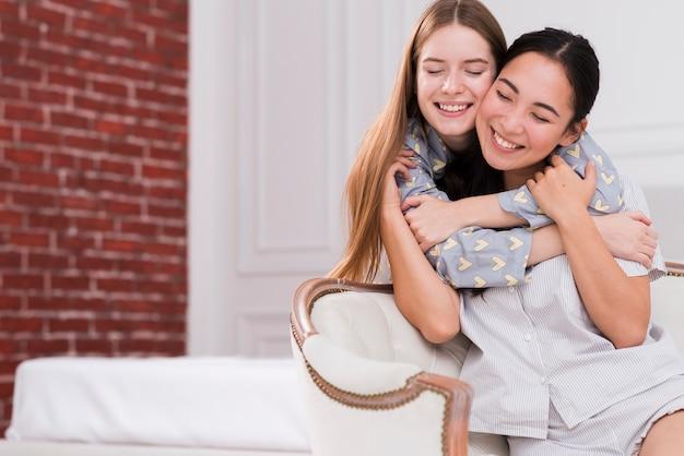 Abbracciare amiche di angolo basso