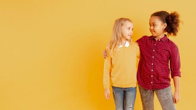 Abbracciare bambine copia-spazio