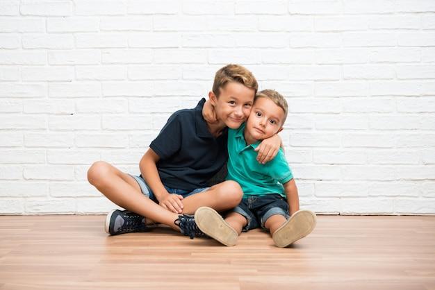Abbracciare due fratelli piccoli
