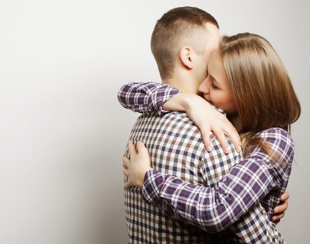 Abbracciare felice adorabile delle coppie