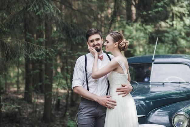 Abbracciare lo sposo e la sposa