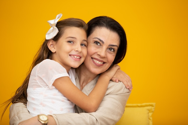Abbracciare madre e figlia