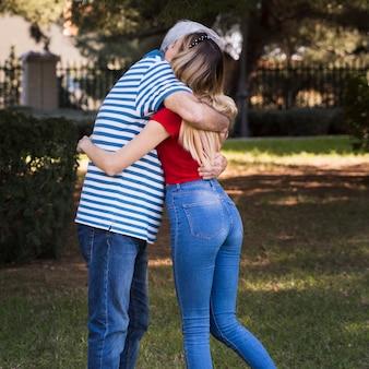 Abbracciare padre e figlia