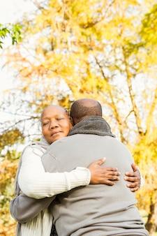 Abbraccio delle coppie senior felice pacifica