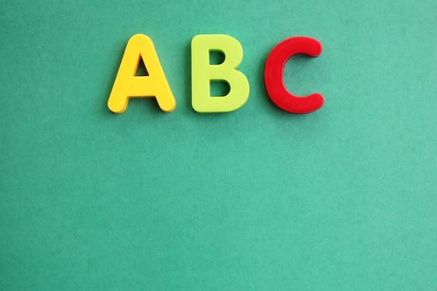 Abc prima lettera dell'alfabeto inglese su verde