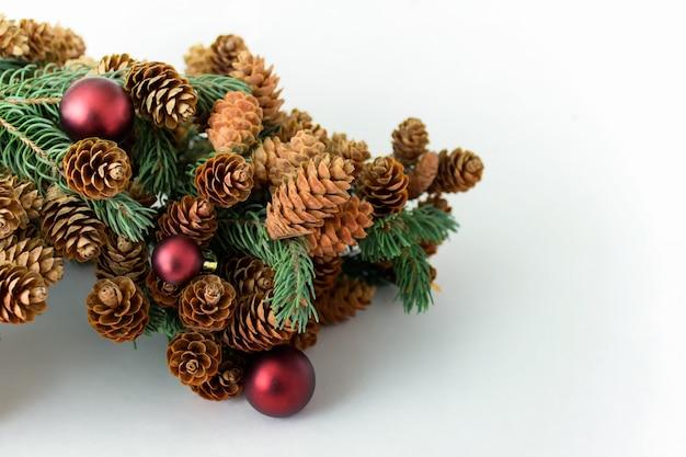 Abete della decorazione del nuovo anno di natale con le palle rosse