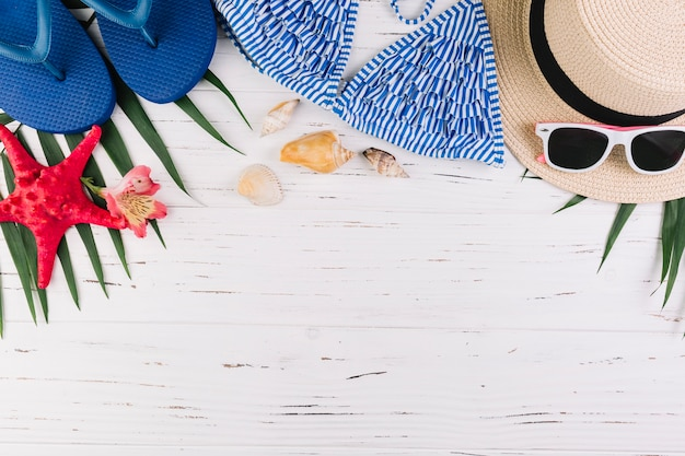 Abiti da spiaggia su foglie di palma