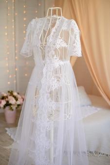 Abito da sposa bianco appeso a un manichino