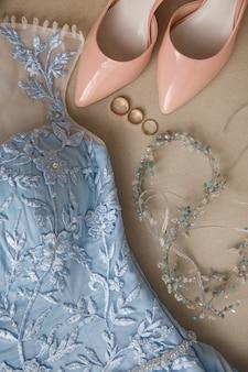 Abito da sposa blu, scarpe da sposa su tacchi alti e fedi nuziali
