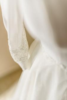 Abito da sposa collocato in un manichino pronto a vestirla con la sposa.