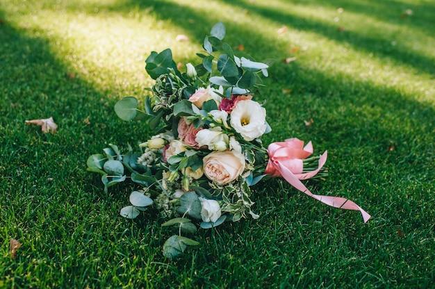 Abito da sposa, fedi nuziali, bouquet da sposa