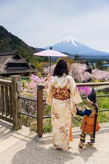 Abito giapponese di famiglia con sakura e mt. fuji