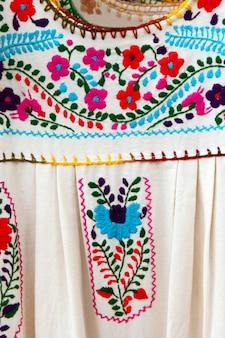 Abito messicano ricamato in chiapas