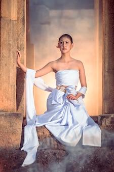 Abito tradizionale femminile che cammina nel castello khmer.